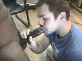 בחור צעיר מוצץ זין שחור!