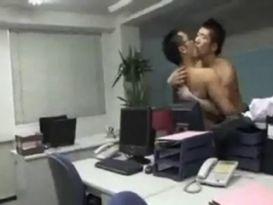 זוג אסיאתים בזיון לוהט במשרד!