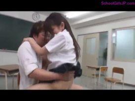 תלמידה חרמנית עושה סקס טוב וסקסי!