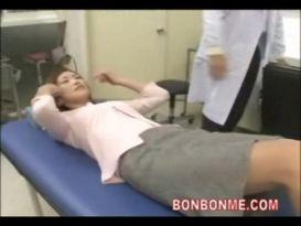 מילף יפנית מקבלת בדיקה מקיפה מהרופא שלה!