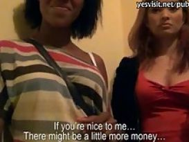 שתי נערות קולג' מקבלות כסף עבור זיון עם זר