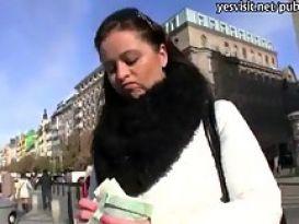 אישה עם ציצים גדולים מקבלת כסף להידפק במלון
