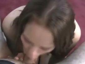 צעירה חרמנית מוצצת זין במצלמה ביתית