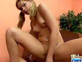נערה מוצצת ומלקקת זין ענק