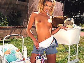 צעירה חמודה מציגה גוף לוהט וטוב!