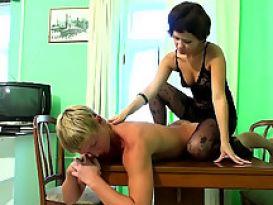 צעירה יפה בסקס על השולחן!