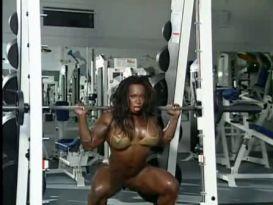 בחורה שרירית מראה את הגוף שלה!