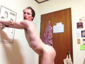 חרמן מדגמן את הגוף שלו!