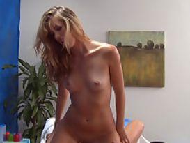 צעירה חמה אוהבת סקס לאחר עיסוי!