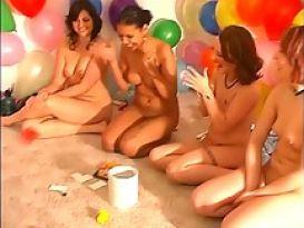בנות מדהימות עושות מסיבה!